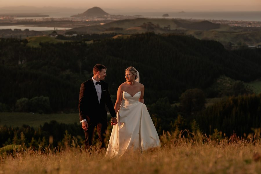 Elopement photo in New Zealand views over Tauranga Bay of Pleny