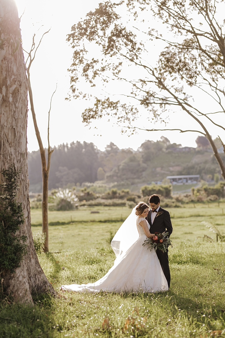 Relaxed photo bride and groom in country
