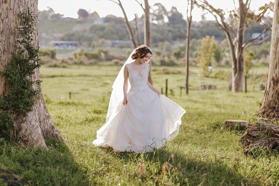 Natural photos of brides dress in country setting