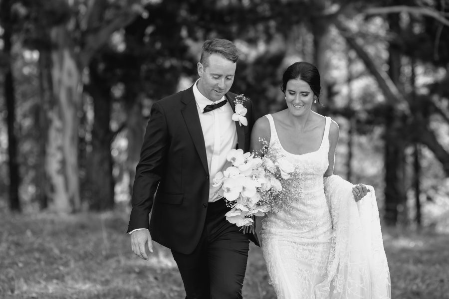 Candid natural photos of wedding couple walking in boho country wedding